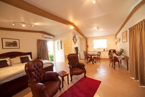 Clandulla Cottages, Farmstay, Animal Feeding, Wildlife Carer